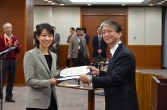 (右から)湯浅医学部長、渡部助教