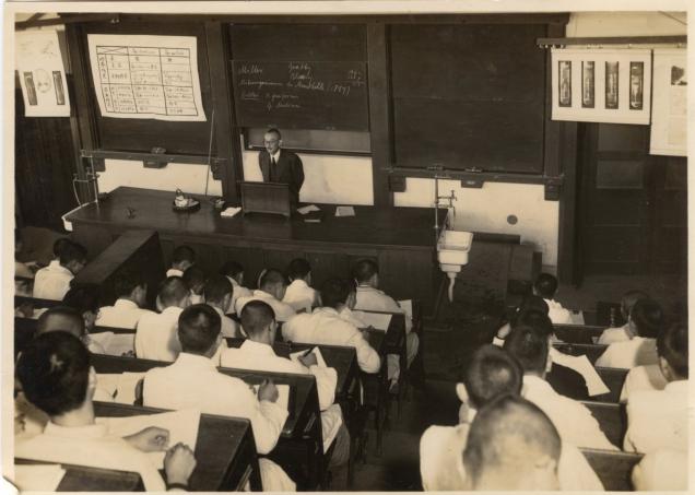 1939(昭和14)年頃の東京高等歯科医学校での講義の様子。島峯 徹 先生は、ドイツに留学した際に臨床歯科医学とともに細菌学を学び、特にスピロヘータの純粋培養の研究で成果を挙げた。