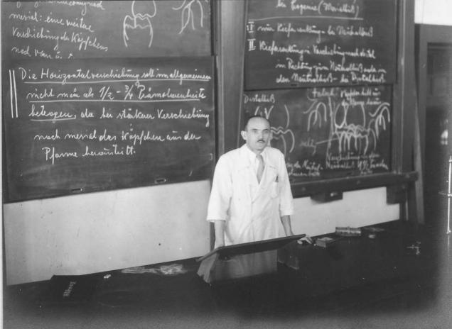 1943(昭和18)年の東京高等歯科医学校での講義。専門学校としては他に例を見ない、専任のドイツ人講師を招聘し、ドイツ語による講義も多く行った。学生達は辞書を片手に必死の思いで授業を受けていた。