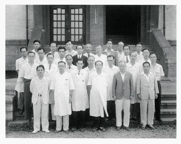 1949(昭和24)年の教職員。同年5月に新制大学として発足した。前列右から2番目が長尾 優学長、後列右から3番目が菊川武雄初代事務局長。