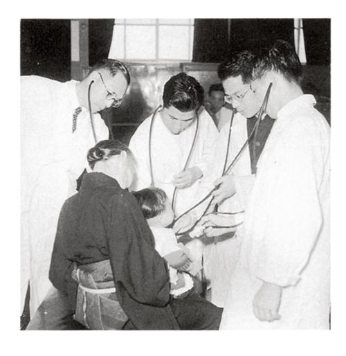 1952(昭和27)年頃の東京医科歯科大学医学部での実習。写真左は、第3代学長の太田敬三 教授。