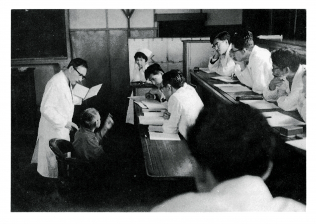 昭和30年代の東京医科歯科大学医学部での講義。島崎俊樹教授は文豪島崎藤村の姪の子息。兄弟に作家の西丸震哉がいる。『心の風物詩』『生きるとは何か』(岩波新書)など著作も多い。