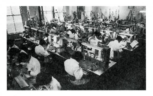 1979(昭和54)年の臨床実習。歯学部附属病院歯科技工部の技工室に隣接する形で歯科技工士学校の臨床実習室があり、学生は2号館から登院して歯科技工部の職員と一緒に臨床実習を行っていた。