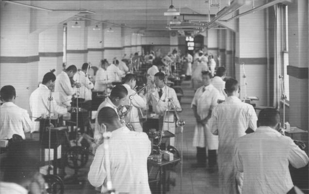 1941(昭和16)年の東京高等歯科医学校の実習。歯の模型をマネキンに装着して治療技術の修錬を行うファントーム実習は、長尾 優 学長が導入した。一方、歯科病院には、当時最新のドイツ製電気エンジンが装備され、学生は臨床実習でそれを使用できることが何よりの楽しみであった。