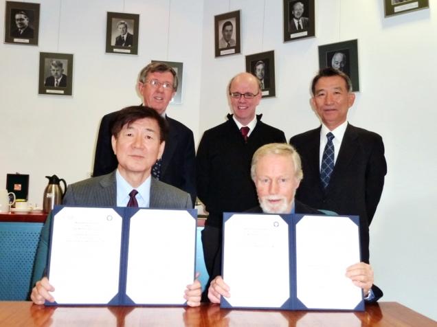 署名式。左から江石副医学部長、Phil Board JCSMR副所長、Nick Glasgow ANU 医学部長、Chris Parish JCSMR所長、吉田国際交流センター事務部長。