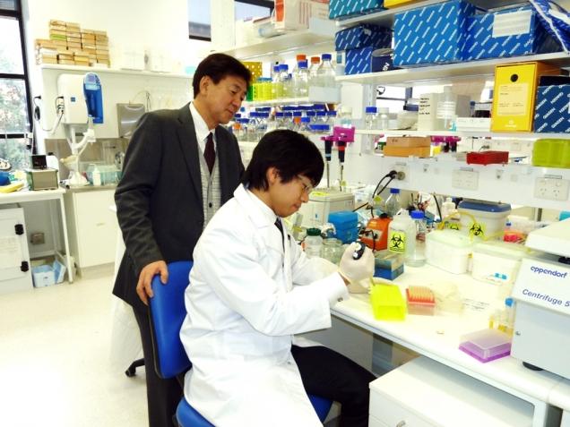 本学MD-PhD課程で留学中の竹村くんを研究指導中の江石教授