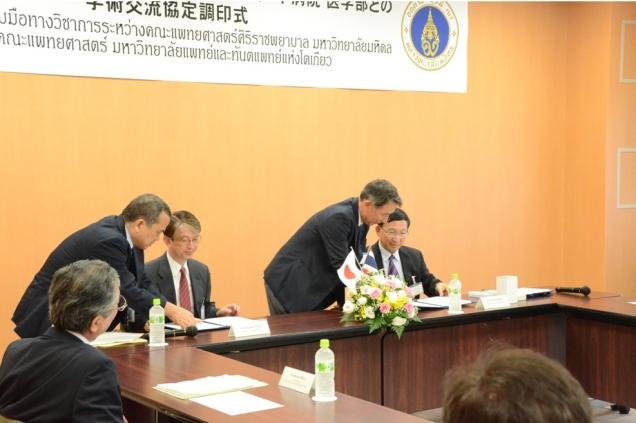 署名式 左: 湯浅医学部長   右:Dr. Udom Kachintorn 医学部長