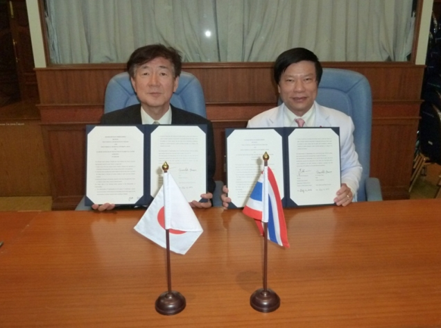 署名式 左:江石義信 国際交流担当副医学部長 右:Dr. Thiravud Khuhaprema 所長。
