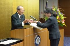 ベストティーチャー賞を授与する大山学長