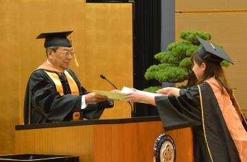 学位記を授与する大山学長