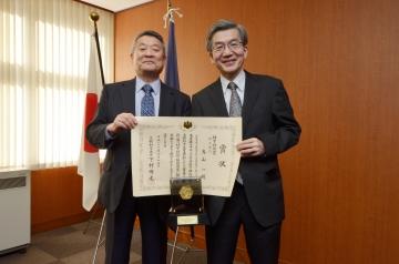 吉澤学長(左)と烏山理事・副学長(右)