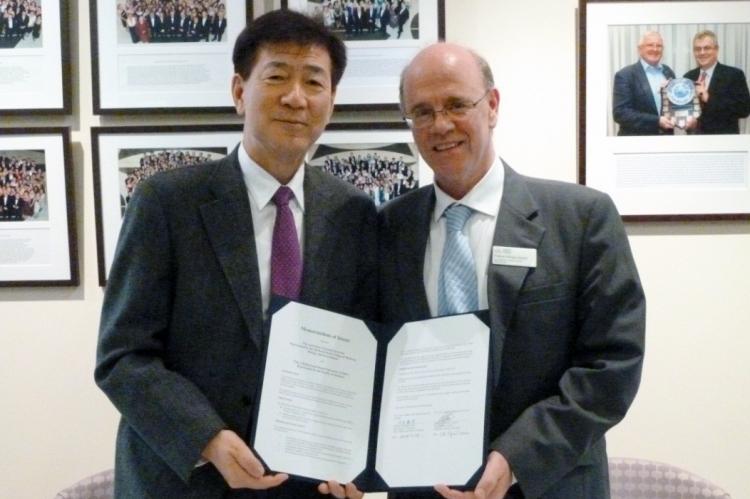 署名後の江石医学部長とグラスゴウ医学部長