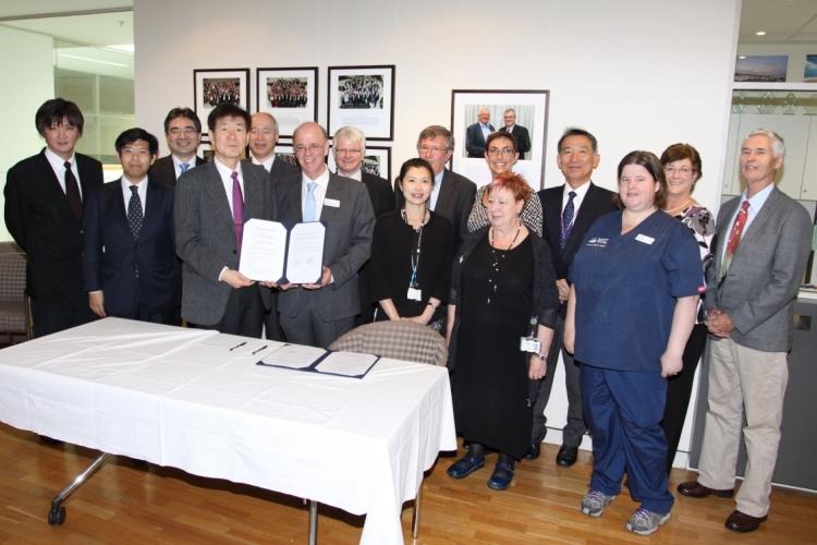 署名後、左から高田教授、秋田教授、稲瀬教授、江石医学部長、河野教授、グラスゴウ医学部長他ANU医学部のスタッフとの記念写真