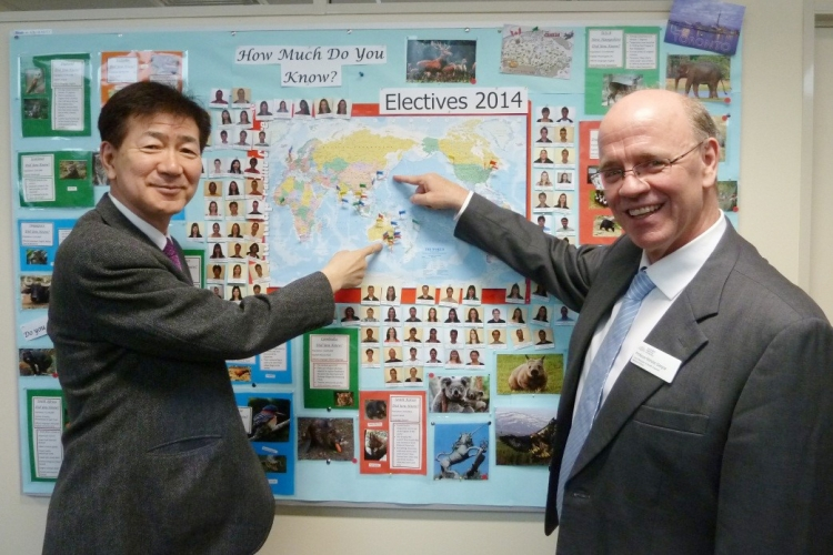 今後の両校による学生交流を目指して互いに相手の国を指さす両医学部長