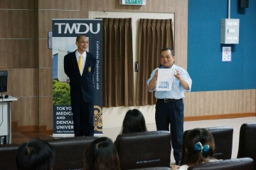 TMDUの紹介をするトサポン歯学部長と小野田特任准教授