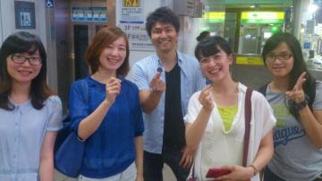 試験を終えてホッとした表情の派遣学生たち(中央)と国立台湾大学学生(台北市内)