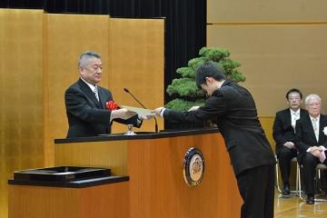 卒業証書を授与する吉澤学長