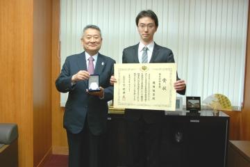 吉澤学長(左)と岡田随象講師(右)