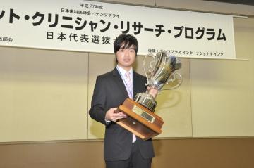 優勝カップを手にする田中さん