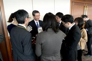 情報交換会(稲澤教授を取り囲むメディア関係者)