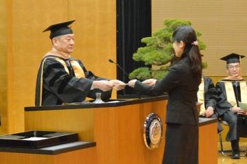 学位記を授与する吉澤学長