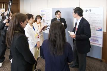 情報交換会で説明をする鵜沼講師、船越助教、大学院生の加世田さん、佐野さん