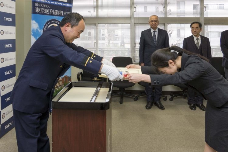 矢島丸の内消防署長から感謝状を受け取る能勢さん