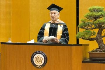 卒業生に激励のメッセージを送る吉澤学長