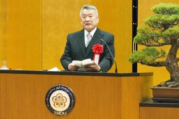 卒業生に激励のメッセージを贈る吉澤学長