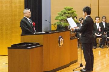入学生宣誓を行う学生代表