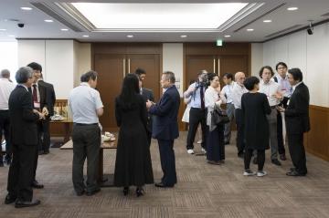 メディア関係者に応対する吉澤学長と朝田特任教授