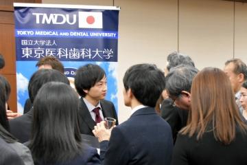 情報交換会でメディア関係者から囲み取材を受ける武部教授