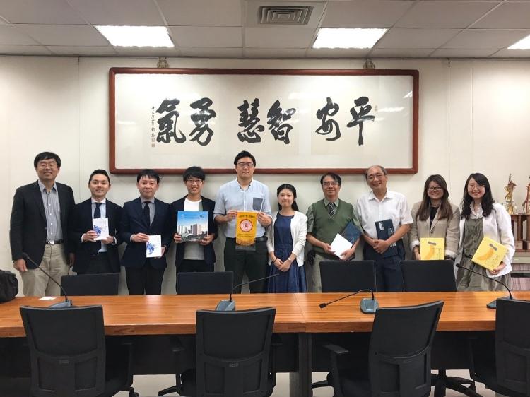 高雄医学大学歯学部長を表敬訪問した本学代表学生と教員