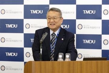 講演前の挨拶をする吉澤学長