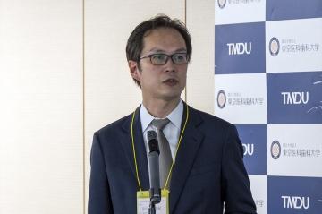 講演をする大学院歯周病学分野の岩田隆紀主任教授