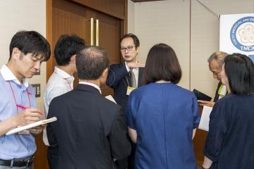 情報交換会で囲み取材を受ける岩田隆紀主任教授