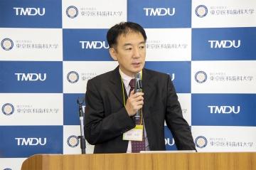 第一部の発表をする髙橋教授