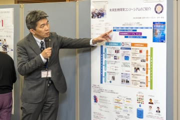 ポスター発表する田中教授