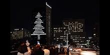クリスマス・イヴに45分間のサプライズ-東京医科歯科大学M&Dタワーが高さ100メートルのクリスマスツリーに